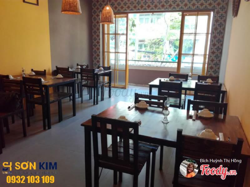 bàn ghế quán ăn tại quán chả cả Đông Kinh