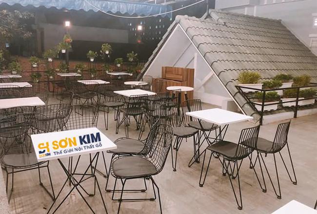 bàn ghế cafe ngoài trời phù hợp với không gian buổi tối