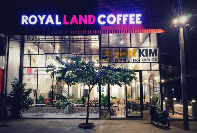 bàn ghế cafe tại quán royal land coffee