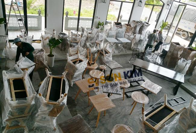 không gian bố trí bàn ghế cafe tại tầng trệt của quán
