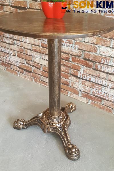 Mặt bàn gỗ tròn, đế bằng sắt tạo sự vững chắc, thích hợp cho các quán cafe